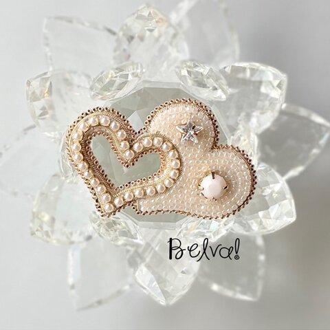 ビーズ刺繍のブローチ -ダブルハート(ホワイト)-