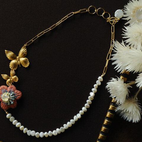 1点のみ< No Name ~名前のない花~ >「 蝶の舞う花 」刺繍とパールの首飾り