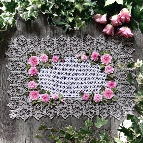 レース編みのドイリー・薔薇のスクエア(グレー)      50 × 33 cm