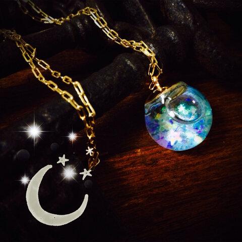"""暗闇で幻想的に光る """"星降る小さなガラスのアクアリウム '' リキッドボールネックレス"""