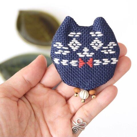 ネコさんブローチ藍【リンクコーデ☺︎刺繍☺︎こぎん刺し】ビーズコキャッツ♡猫