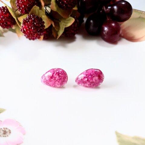 千日紅の花びらを入れた雫型樹脂製ピアス
