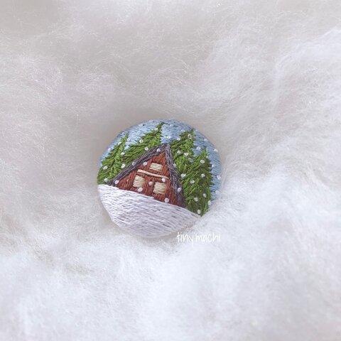 ハンドメイドの刺繍ブローチ 冬 雪 リネン100% ナチュラル色