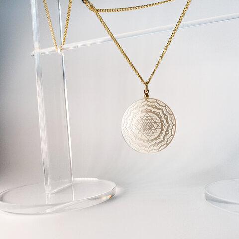 【受注製作品】白蝶貝のシュリヤントラを彫り込んだ ネックレス