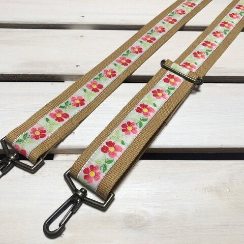 38mm幅・斜め掛け用ストラップ★ 薄茶ベルト+白地に可憐な4枚花びら花刺繍のチロリアンテープ