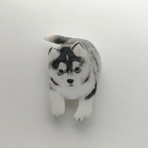 シベリアンハスキーの子犬のブローチ