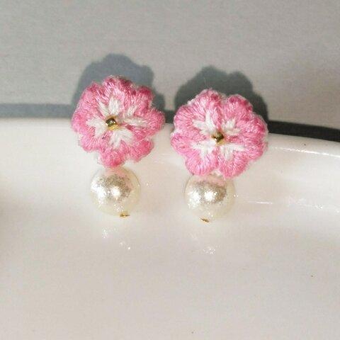 花水木の刺繍ピアス、パールビーズ付