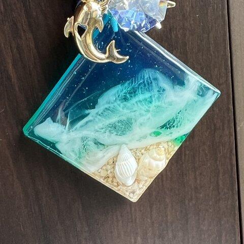 ハートイルカのかわいい 海を切り取った波打ち際レジンキーホルダー バッグチャーム レジンアート