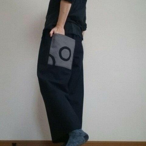 ワイドパンツ大きなポケットの柄が面白い暖かいフェルト調黒