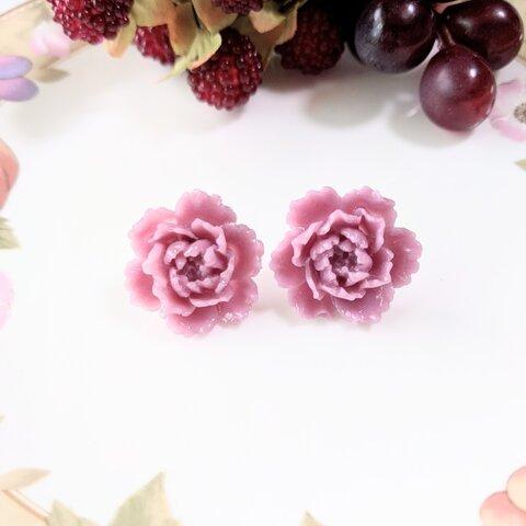 くすみピンクのアンティークローズ樹脂製ピアス