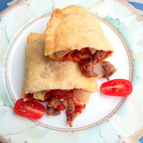 フライドピザ 自家製サルシッチャのピリ辛トマトソース