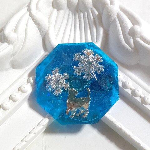 *冬の新作*猫とシルバーの雪の結晶の水色の八角形レジンのブローチ
