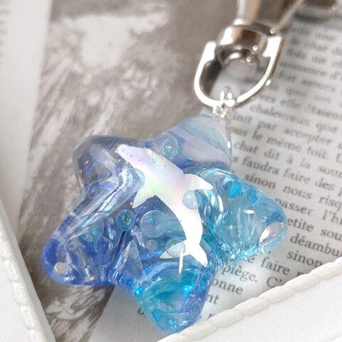 イルカとしゃぼん玉と青と水色の琉球ガラスカレットの星型キーホルダー