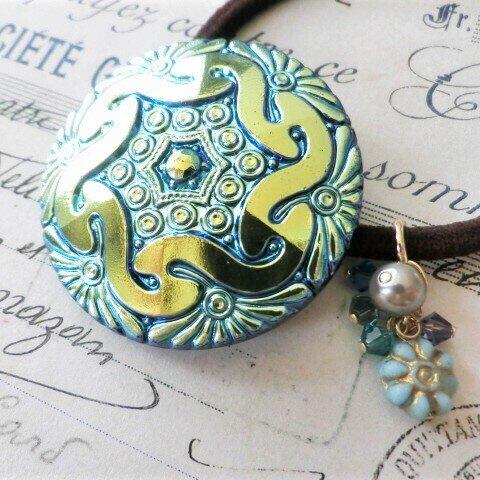 ずっと大切にしたい異国の伝統工芸*スワロフスキー入り本格飾り×ブルーオーロラ幾何学模様の花チェコボタンヘアゴムトップ(+ヘアゴム付)