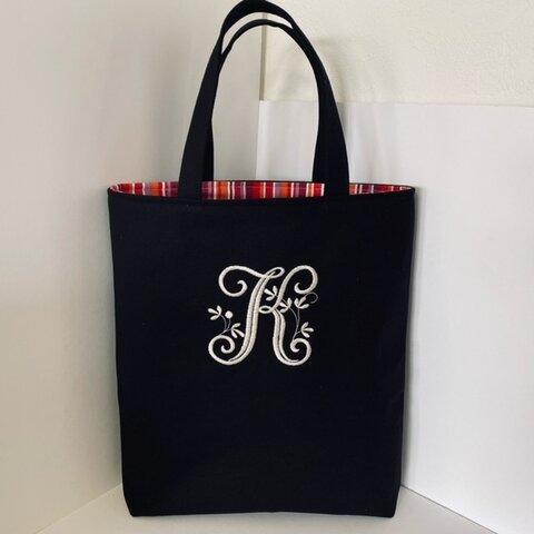 選べるビンテージイニシャル刺繍のA4縦型の帆布のトートバッグ黒色  紺色
