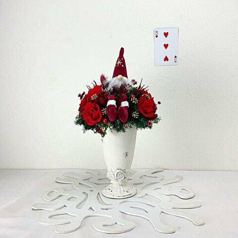 赤いバラ花にチョコンと座った森の妖精ニッセのクリスマスアレンジメント 3