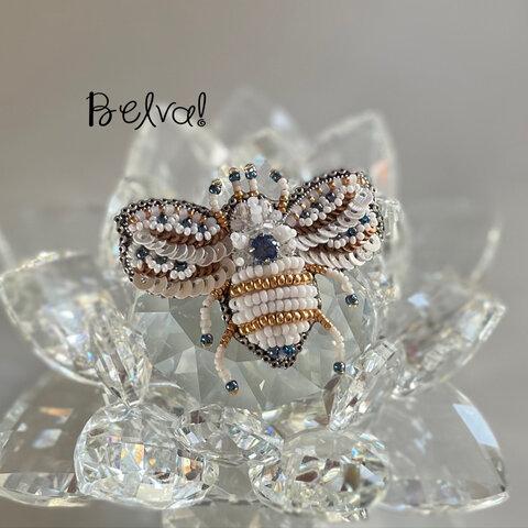 ビーズ刺繍のブローチ -ホワイト&ブルーのハチ white &blue bee-