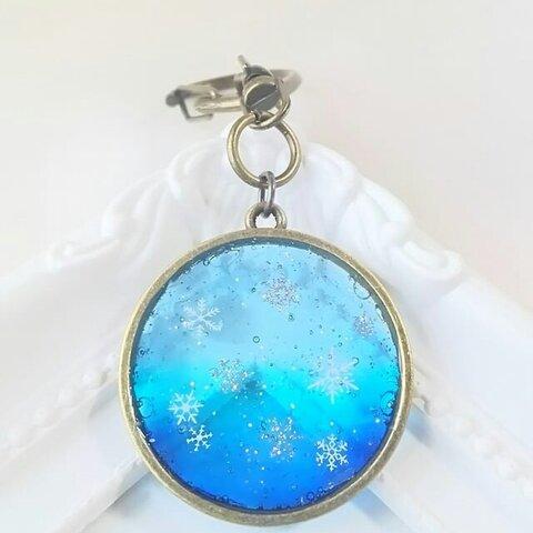 *冬の新作*雪の結晶と青のグラデーションのキーホルダー