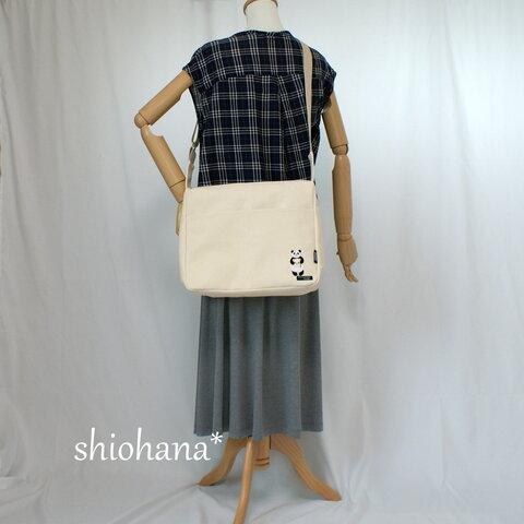 8号帆布のショルダーバッグ(パンダのパンを持つパンダ)
