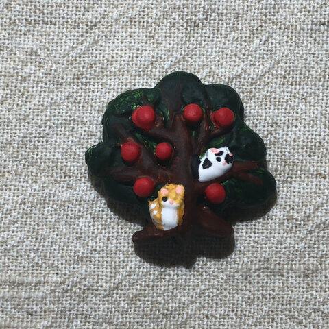 【マグネット】リンゴの木と猫2匹_03(茶トラチャイ子と白黒猫タマ)【焼成粘土・手描き色付け・マグネット2個付け】【タマチャイ】