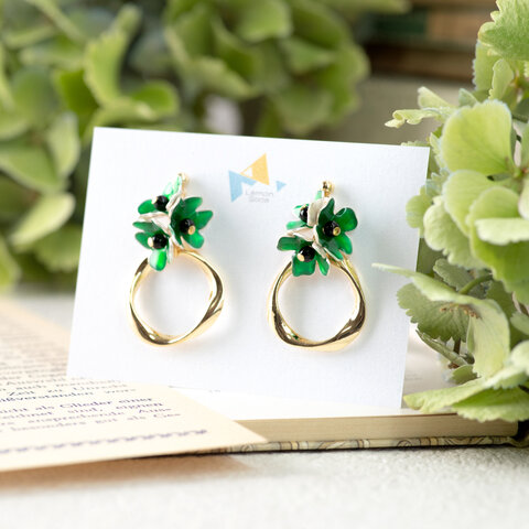 グリーングリーンの花とツイストリング イヤリング(ピアス)