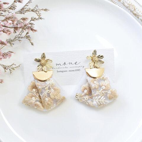 インド刺繍 刺繍リボン タッセル ゴールド フラワー ホワイト 花柄 ピアス * 結婚式 お呼ばれ 華やか 可愛い お洒落 プレゼント ギフト サージカルステンレス 金アレ対応 金属アレルギー
