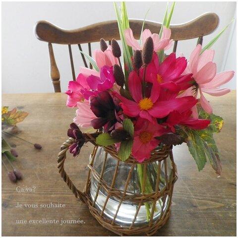 ナチュラルな柳&ガラスの花器にこぼれないお水と秋桜(コスモス)をたっぷり飾って♪