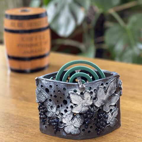 野葡萄が美しく映える🍇5way陶器 蚊取り線香入れ&灯り&アロマ香炉&鉢カバー&フラワーポット