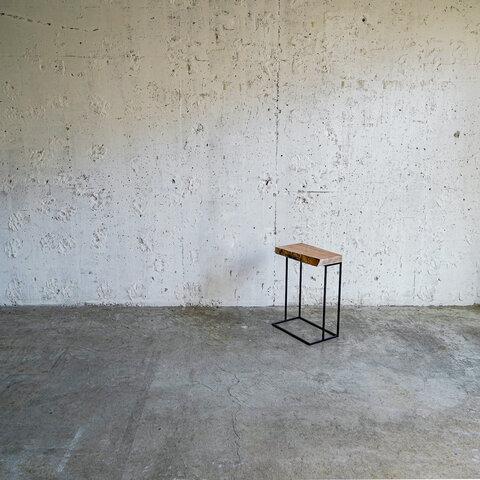 ミミ付き木材のサイドテーブル横型 { 樹種:クルミ } ベッドの隣のナイトテーブルや観葉植物などにも
