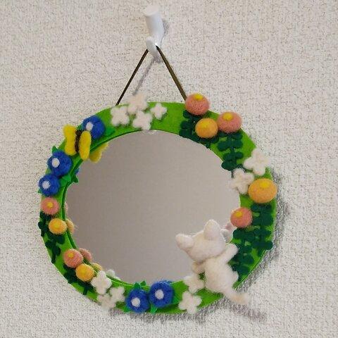 子猫が覗くお花畑の壁掛けミラー