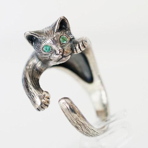 指に巻きつく猫リングピクシーエメラルド