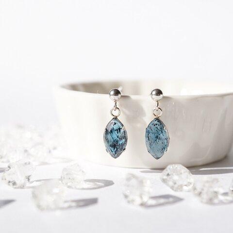 『青の洞窟』モスカイヤナイト くすみブルーの天然石ピアス (silver925 イヤリング ノンホール 樹脂に変更可)