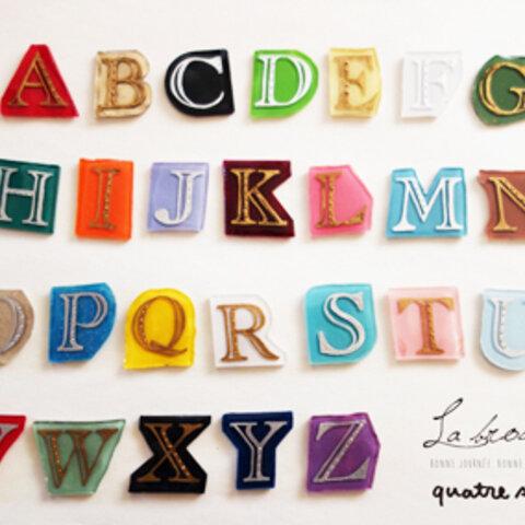 カラーがえらべる★アルファベットと数字のブローチ