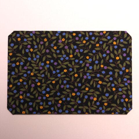 ノートPCの端っこで使うマウスパッド・小さな花・黒