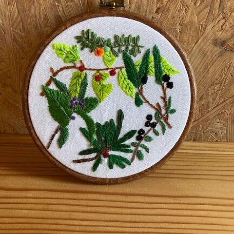 小さな実のついた木の枝のリース フレーム付き刺繍飾り