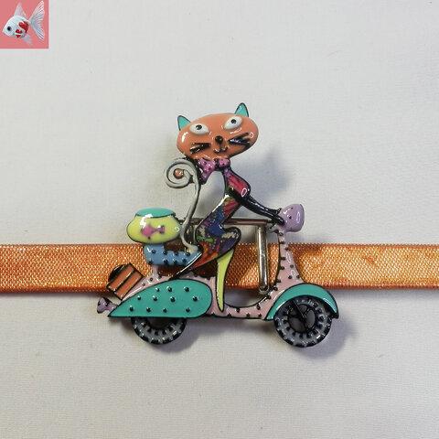 ◆スクーターに乗った猫の帯留め飾り
