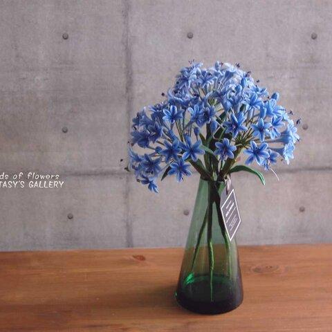 ◆粘土のお花◆ アガパンサスをシンプルグリーンガラスボトルに飾って 高さ約26ンチ A555