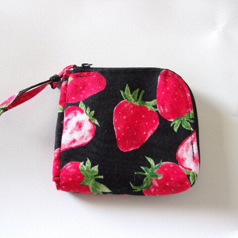 【再販】イチゴ柄のL字ファスナー財布(黒)