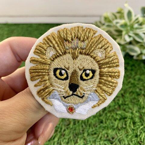 ライオン(f)の刺繍ブローチ