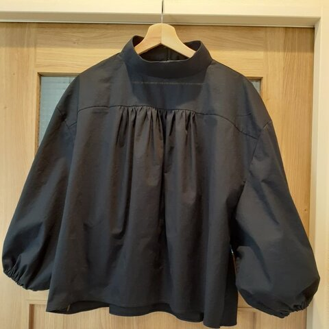 バルーン袖×幅広スタンドカラーブラウス