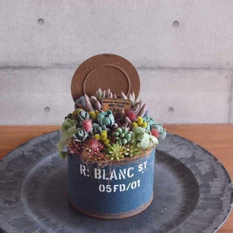 ◆粘土のお花&フェイクグリーン◆ 多肉植物の寄せ植え  ブリキポット  T566