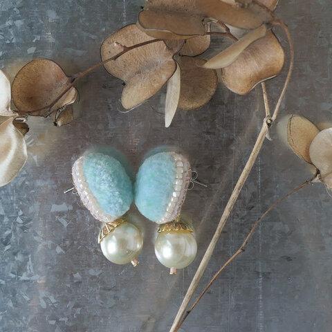 fluffy jewel / light blue 刺繍ピアス