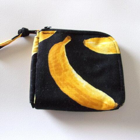 バナナ柄のL字ファスナー財布(黒)
