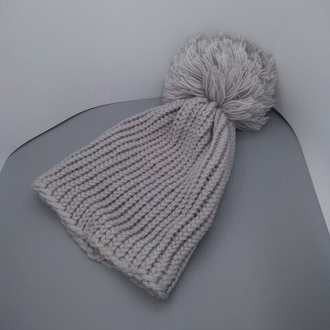 【送料無料】大きなボンボンのついたニット帽☆色:グレー☆アクリル100%
