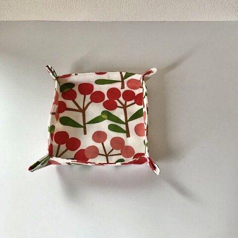 赤い実柄の布トレー