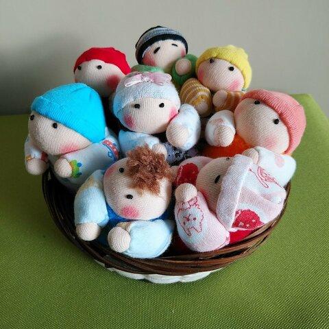 赤ちゃん人形8個(容器付き)