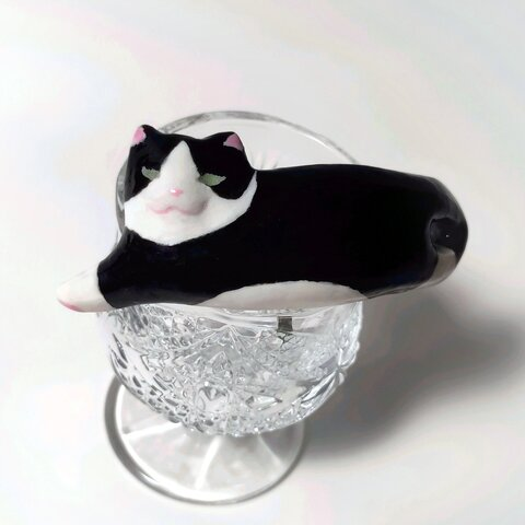 伸びる猫のポニーフック(ハチワレ)
