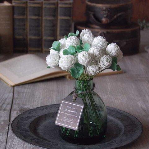 お花いっぱい! シロツメクサ・・・ぽってりガラスボトルに飾って S536