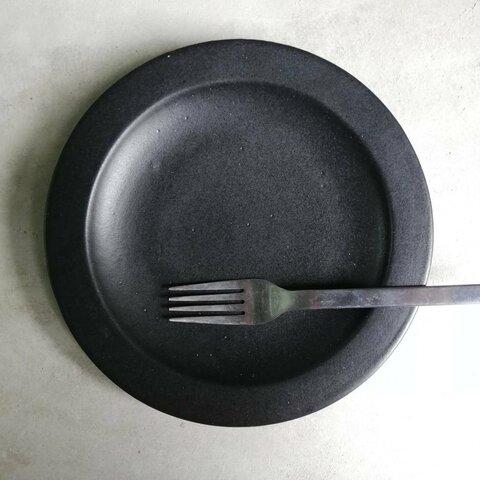 シンプルな黒色マットのお皿です。料理が映えます!