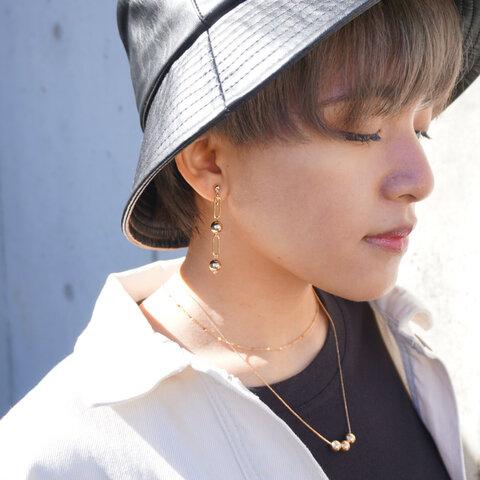 耳元をおしゃれに揺らす metal gold earring
